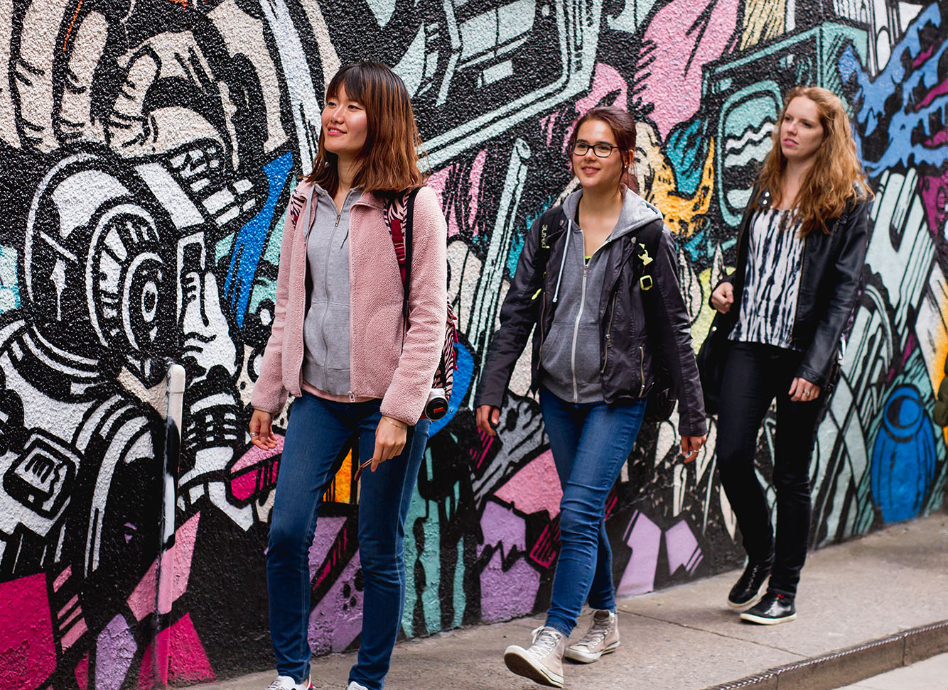 Learn English in England: Students on a graffiti walk